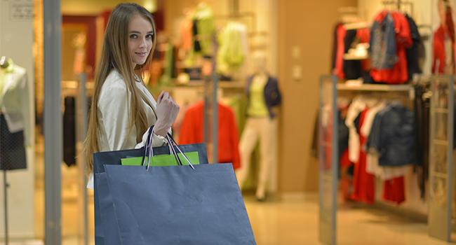 百貨店でショッピングをする女性